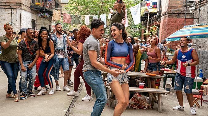 """Szene """"Carnaval del Barrio"""" aus """"In the Heights"""" mit Anthony Ramos & Melissa Barrera tanzend im Zentrum"""