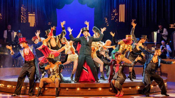 """Anton Zetterholm als 'Billy Flynn' in """"Chicago"""" am Theater Bonn"""